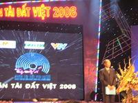 Ông Phạm Huy Hoàn, trưởng ban tổ chức cuộc thi phát biểu khai mạc đêm chung khảo Nhân tài đất Việt 2008