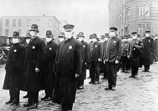 Tập tin:Policemen in Seattle 1918.jpg