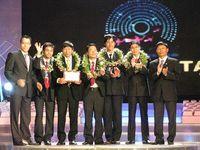 Đại diện cộng đồng thành viên Thư viện khoa học nhận giải thưởng Sáng tạo do Microsoft Việt Nam tài trợ